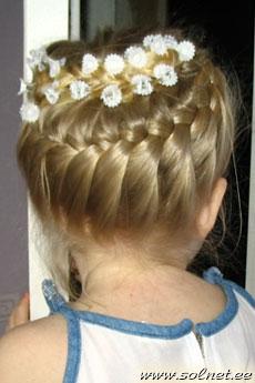 Можно сделать очень красивую укладку волосиков в прическу малышке своими руками на ее день рождения!